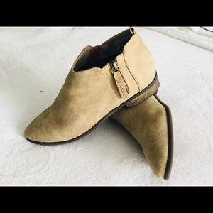 Neutral Booties size 8 with zipper.